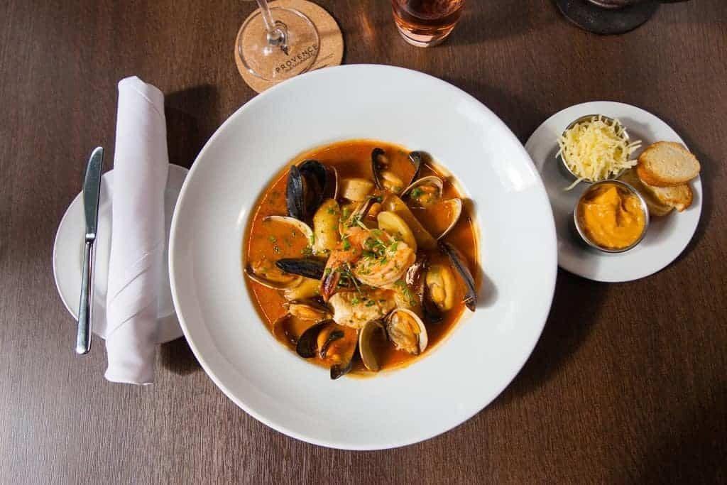 Gastronomie méditerranéenne lors d'une escale croisière
