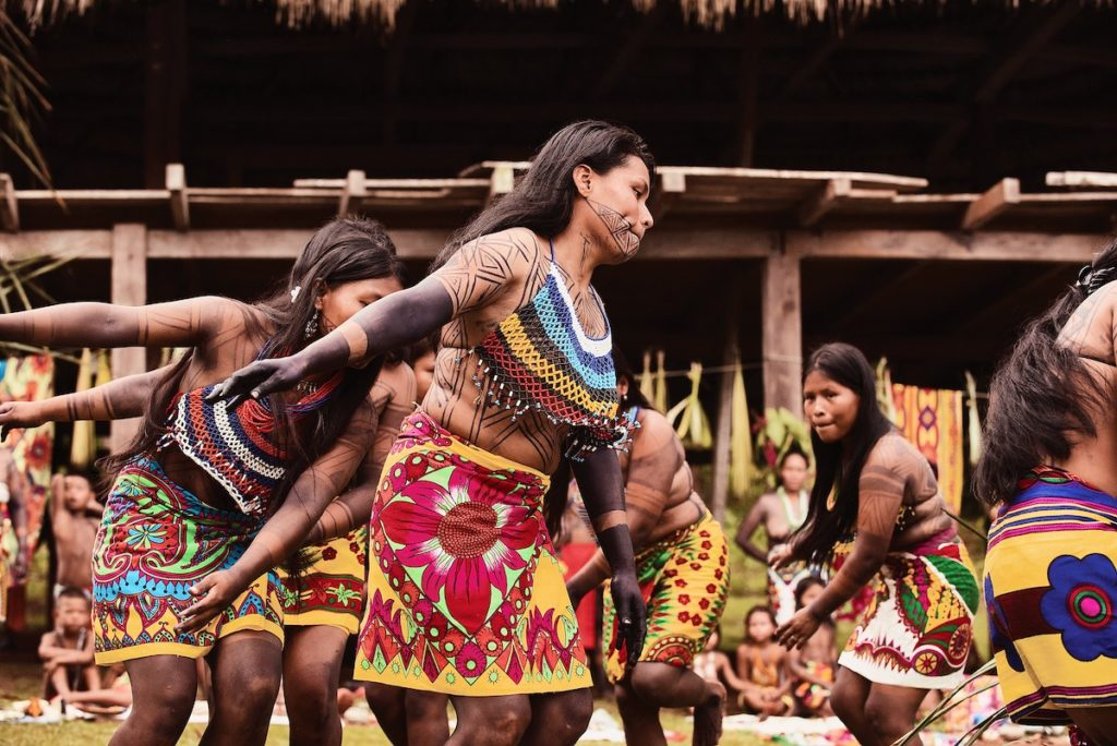 Croisière de luxe - Excursions danse traditionnelle dans le village Embera au Panama.